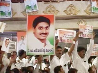 supporters of jagan displaying placards in his support, jagan disapproved all actions of his supporters and appealed for restrain and maintian party dicipline